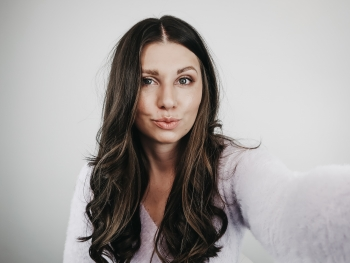 Chic Hairstyle - A Middle Part & Classic Curls